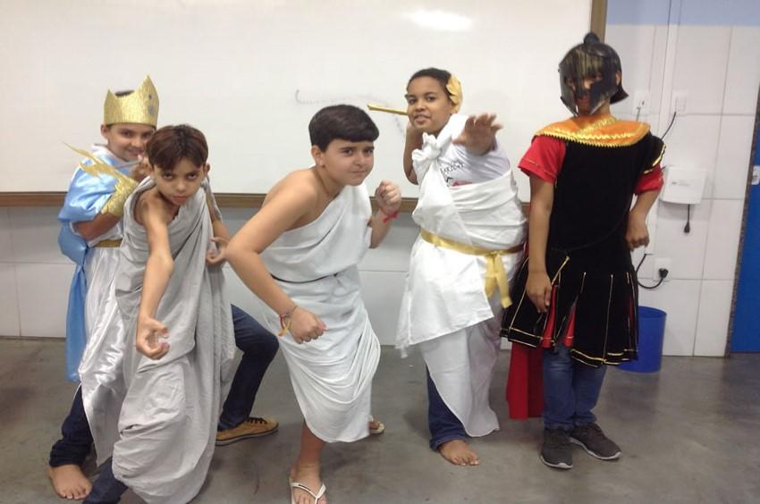 Uma grande roda para apreciar os deuses gregos Zeus, Afrodite, Poseidon, Era e Ades!